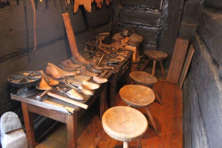 Buty z cholewami na przełomie XIX i XX wieku uchodziły za oznakę dobrobytu.