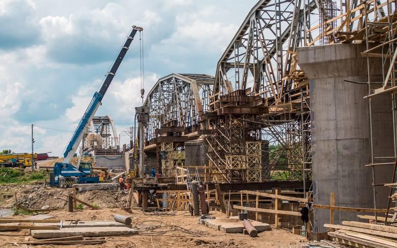 Większa przepustowość trasyBudowany od podstaw 300-metrowy most na Bugu ma już trzy przęsła. Szykowane są do zabudowy dwa kolejne. Po zakończeniu prac