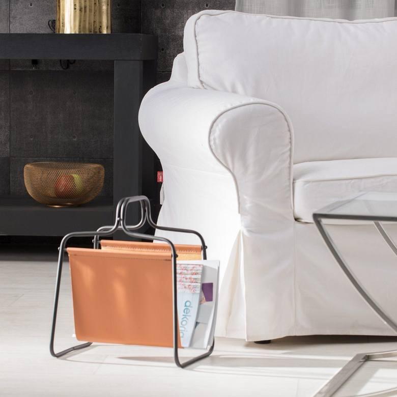 Gazetnik idealnie sprawdzi się przy ulubionym fotelu ojca lub kanapie.