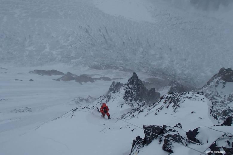Pod K2 cały czas znajduje się baza polskiej narodowej wyprawy, która za cel obrała sobie pierwsze zimowe wejście na tę górę. W składzie wspinaczy znajduje