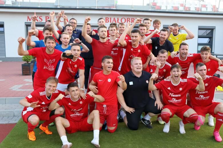 Pilica Białobrzegi awansowała do trzeciej ligi. Po wygranym meczu barażowym 5:2 z Mławianką Mława, piłkarze mogli hucznie świętować sukces. Wielkie gratulacje
