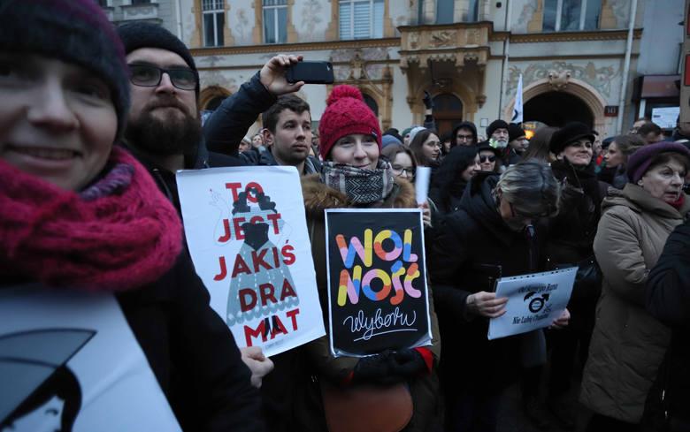 Czarny protest to nie jest spór o estetykę, choć niektórzy mogą się obrażać o waginy i macice na transparentach