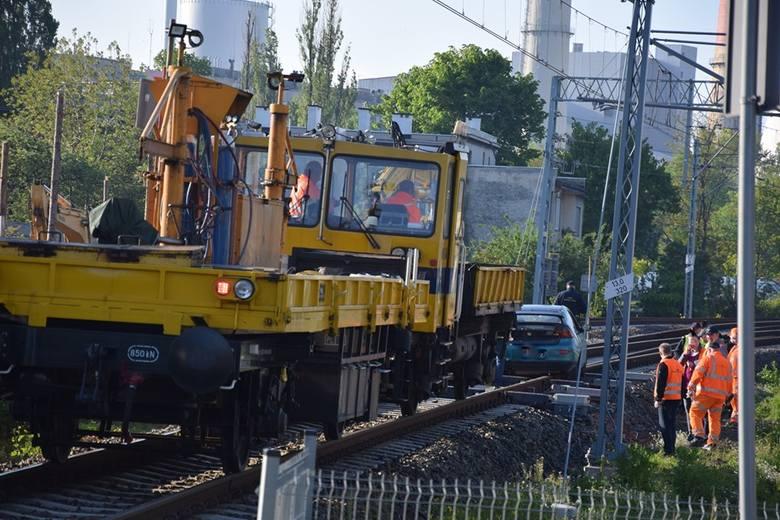 Wypadek w Bielsku - Białej: 19-latek uciekał przed policją, wjechał na torowisko i zablokował ruch pociągów ZDJĘCIA