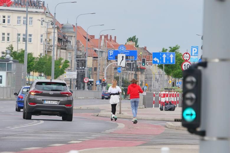 Z badania wynika, że aby przekonać respondentów do zalet e-hulajnóg, należałoby poprawić integrację tych pojazdów z przepisami ruchu drogowego.