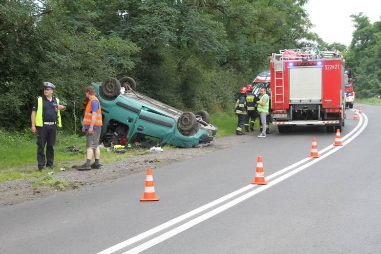 Dachowanie renault pod Wrocławiem. Kierowca stracił panowanie nad autem [ZDJĘCIA]