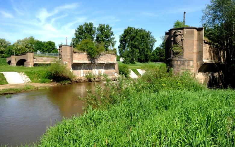 Oto pozostałość po mościę łączącym Zasieki i Forst. Przed 1945 rokiem nazywany był Długim Mostem.