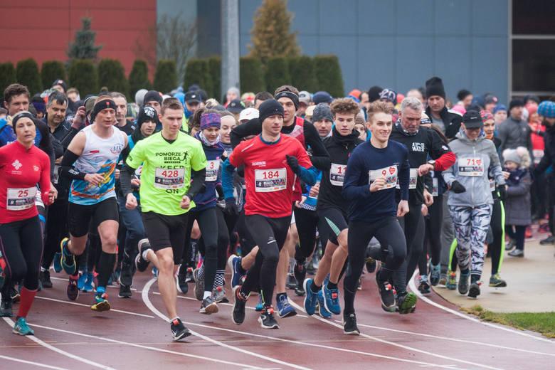 428 zawodniczek i zawodników wzięło w niedzielę udział w II Biegu WOŚP na Stadionie 650-lecia w Słupsku. - Znowu udało się pobić rekord, bo w 2019 roku