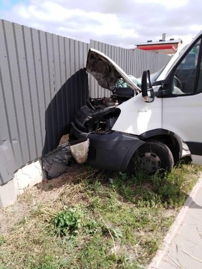 Piątnica - Jeziorko: Ciężarówka i bus zderzyły się na drodze numer 668 przy stacji paliw. Kierowca busa ranny [ZDJĘCIA]