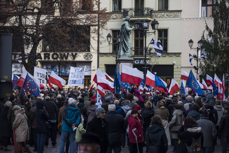 Manifestacja Komitetu Obrony Demokracji na Rynku Staromiejskim <br /> w Toruniu.