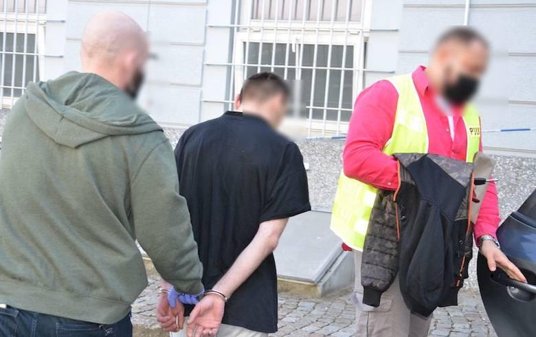 Gdańsk: Ukradli dokumenty i karty płatnicze z otwartego samochodu. Potem włamali się na konto