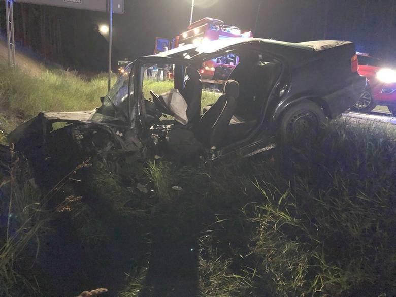22 czerwca, Mała Nieszawka pod Toruniem. Młody kierowca BMW doprowadził do czołowego zderzenia z oplem - jego kierowca, 43-letni ojciec, zginął na miejscu.