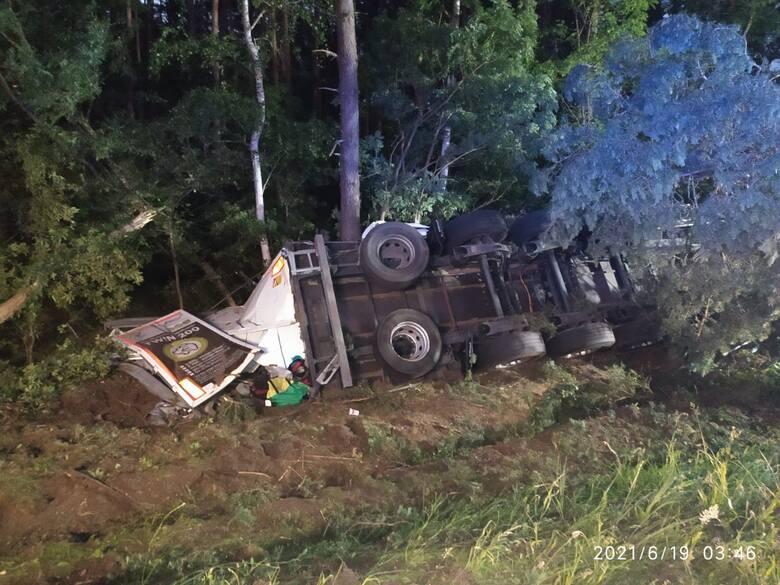 Groźny wypadek na drodze nr 22 między Kostrzynem a Gorzowem. Samochód ciężarowy uderzył w drzewo i przewrócił się