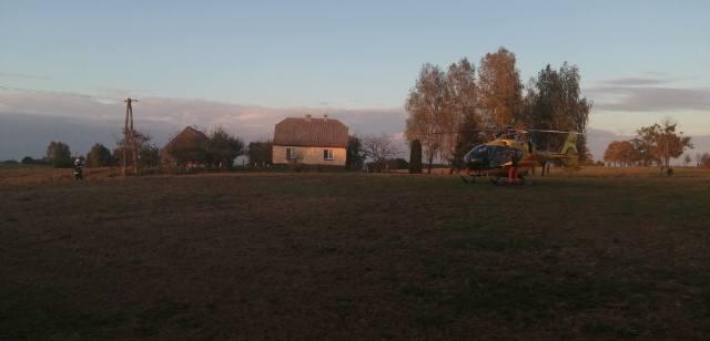 W Tereszewie pomocy mężczyźnie udzielali ratownicy, którzy na miejsce dotarli śmigłowcem Lotniczego Pogotowia Ratunkowego
