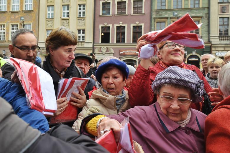Urząd Miasta Poznania w ramach obchodów 100. rocznicy odzyskania przez Polskę niepodległości zorgnizował akcję rozdawania biało-czerwonych flag.