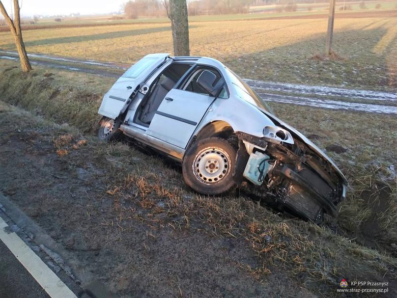 Wypadek na drodze z Przasnysza do Ciechanowa. Volkswagen wjechał do rowu [ZDJĘCIA]