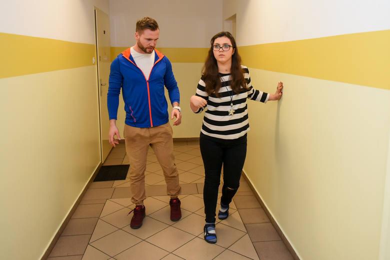 Ola Piotr wytrwale pokonuje kolejne schody na drodze do normalnego życia