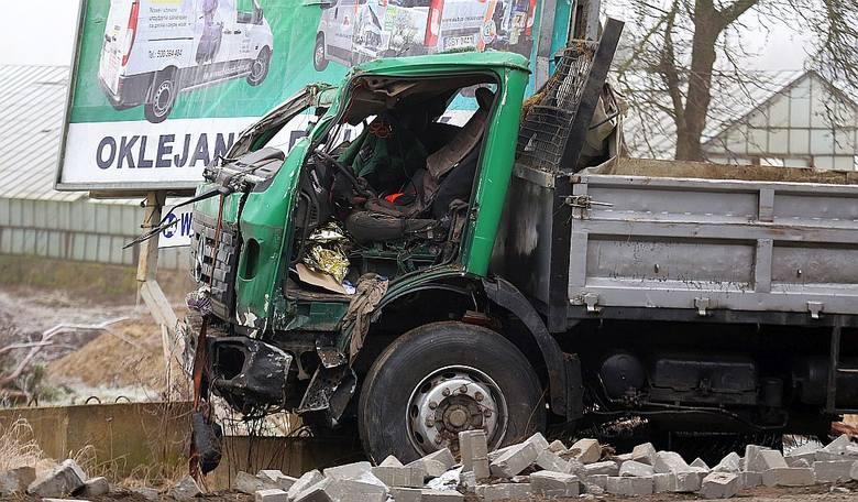 W środę po godz. 11 w Klawkowie na trasie Chojnice - Brusy zderzyły się dwa samochody - ciężarowy jednej z chojnickich firm budowlanych oraz osobowa