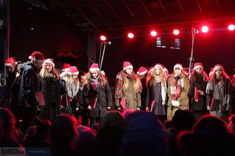 W czwartek o godz. 16 włączono iluminację na pl. Wolności we Włocławku. Ogromny Mikołaj na motocyklu, prezenty i renifery rozbłysły w wielu barwach.