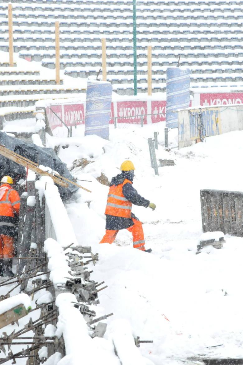 Trzeba uczciwie przyznać, że budowlańcom mocno szyki pokrzyżowała dość sroga i przedłużająca się zima. Wykonawca chyba nie wziął pod uwagę takiego scenariusza.