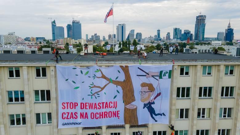 Akcja Greenpeace na dachu budynku Ministerstwa Środowiska. Domagają się ochrony starych lasów w Polsce