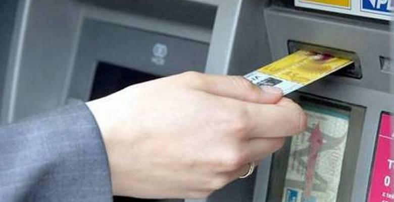 Karty mogą być kopiowane w sklepach, restauracjach, na stacjach benzynowych, w zasadzie w każdym punkcie gdzie można dokonywać płatności kartami.