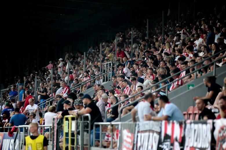 Pierwszy mecz w sezonie na własnym boisku, a zarazem drugi w rozgrywkach zgromadził 8043 widzów na trybunach stadionu przy ul. Kałuży. Cracovia niespodziewanie