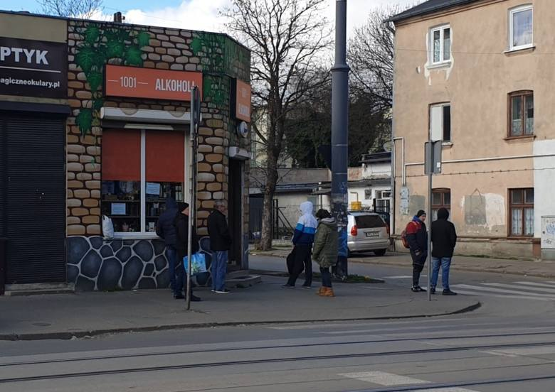 Kolejka do sklepu alkoholowego przy ul. Rzgowskiej była zorganizowana zgodnie z przepisami  - odległości były zachowane.