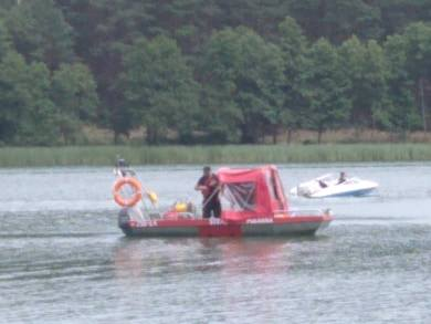 Trwa akcja poszukiwawcza na jeziorze Chomiąskim (powiat żniński, gmina Gąsawa). Aktualnie, do zlokalizowania ciał dwóch mężczyzn, strażacy używają sonaru