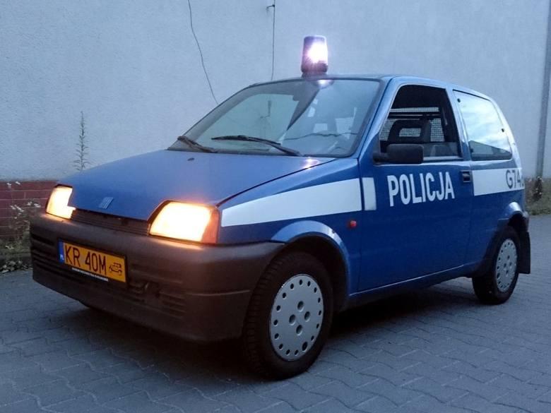 Radiowóz do przewozu psów Fiat Cinquecento – przekazany przez Komendę Wojewódzką Policji w Krakowie.