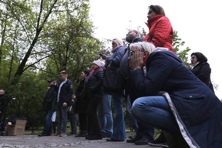 Film braci Sekielskich wyświetlono na telebimie ustawionym przed Kuria Diecezjalną w Kielcach.