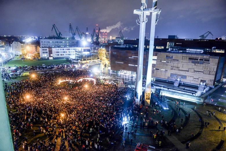 Największe serce świata dla Pawła Adamowicza zostało ułożone ze zniczy na placu Solidarności w Gdańsku