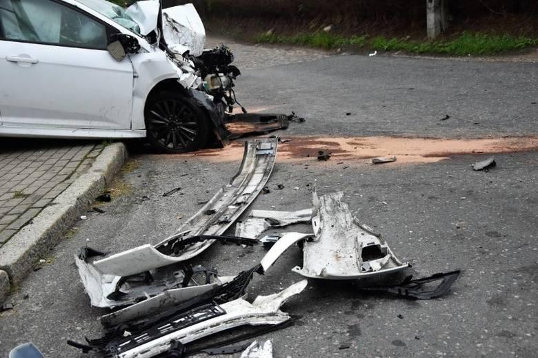 W niedzielę rano na drodze krajowej nr 6 w Warszkowie (gmina Sławno) doszło do wypadku. Autokar wycieczkowy z turystami zderzył się z autem osobowym.