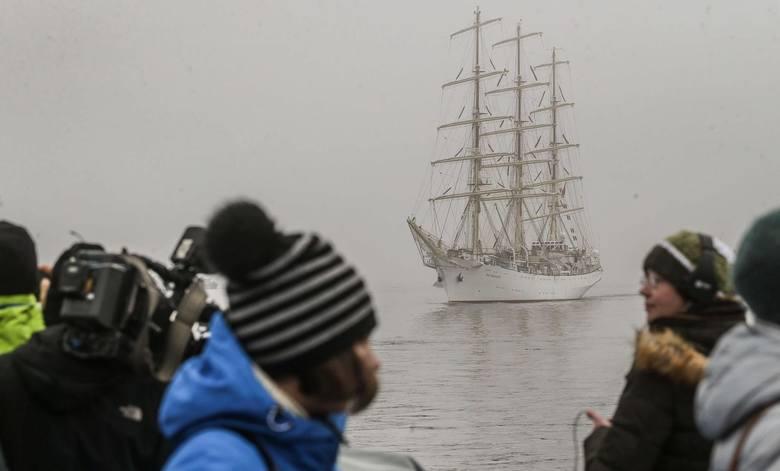 Dar Młodzieży wpłynął do gdyńskiego portu przed godz. 11 w eskorcie parady statków, których jednak nie sposób było dojrzeć ze względu na gęstą mgłę