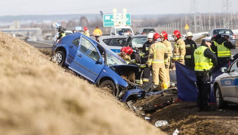 Policjanci pracują na miejscu tragicznego wypadku na trasie S19 w Stobiernej. W wyniku czołowego zderzenia renaulta z volkswagenem na miejscu zginęli