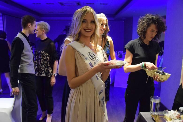 Finalistki Miss Ziemi Radomskiej kosztują jubileuszowego tortu. Na pierwszym planie II Wicemiss Anna Kozłowska.