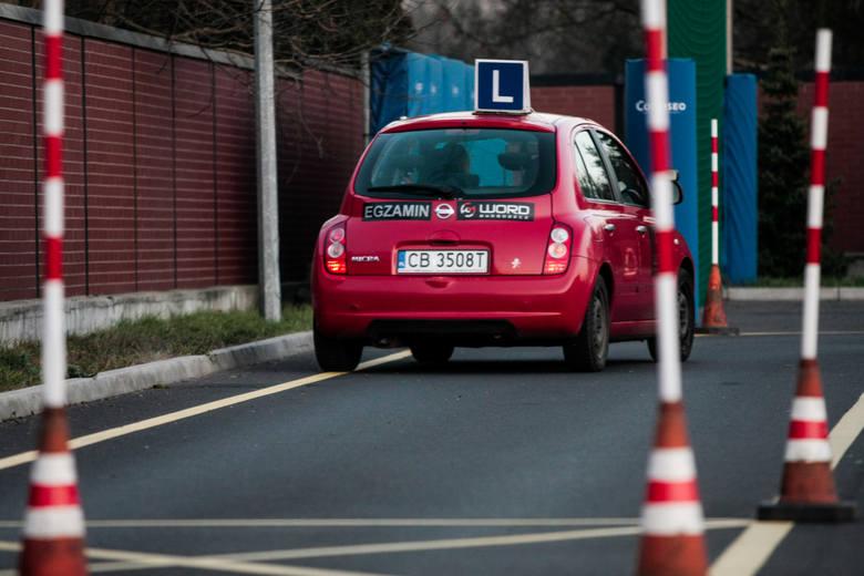 Kolejne zadanie na placu manewrowym podczas części praktycznej egzaminu na prawo jazdy to ruszanie z miejsca oraz jazda pasem ruchu do przodu i tyłu.