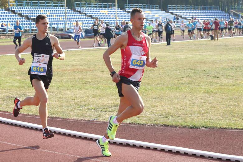 Z numerem 643 zwycięzca, znany biegacz Łukasz Woźniak.