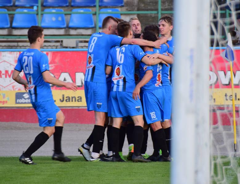 Czterech piłkarzy Stali Rzeszów znalazło się w jedenastce 25. kolejki 3 ligi piłkarskiej po zwycięstwie w Tarnowie 5:0. Jest także trzech graczy Resovii