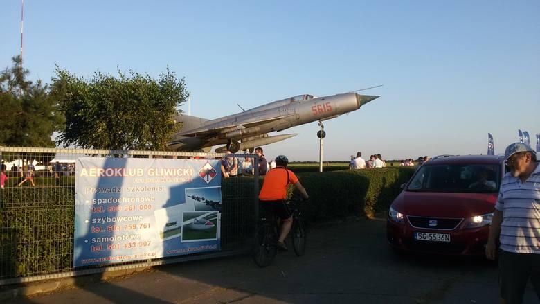 """W Gliwicach odbył się Piknik Lotniczy. Najatrakcyjniejszym momentem była bez wątpienia """"Walka psów"""" - czyli myśliwców Fokker Dr.1"""