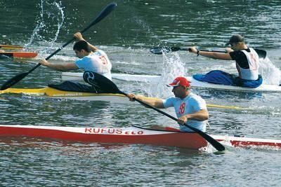 Wyścig K-1 seniorów, z lewej zwycięzca Wojciech Kopiński, na pierwszym planie były mistrz świata Mariusz Rutkowski, który był drugi Fot. Artur Bogac