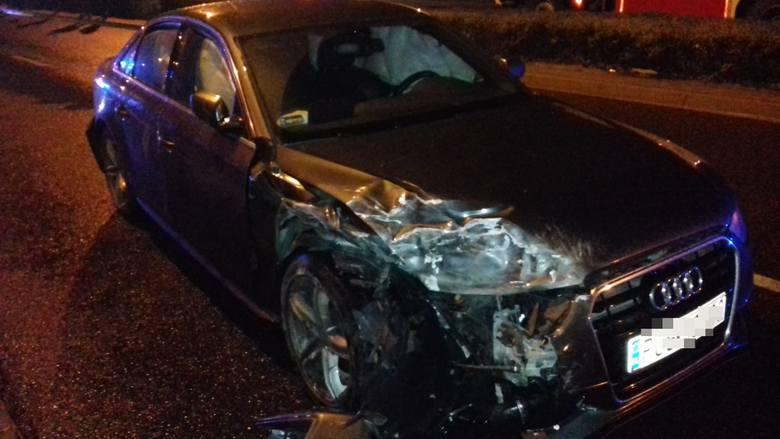 Według wstępnych ustaleń kierowca audi uderzył w citroena, który zatrzymał się z powodu awarii a następnie w busa marki Fiat. Zepchniety przez audi bus