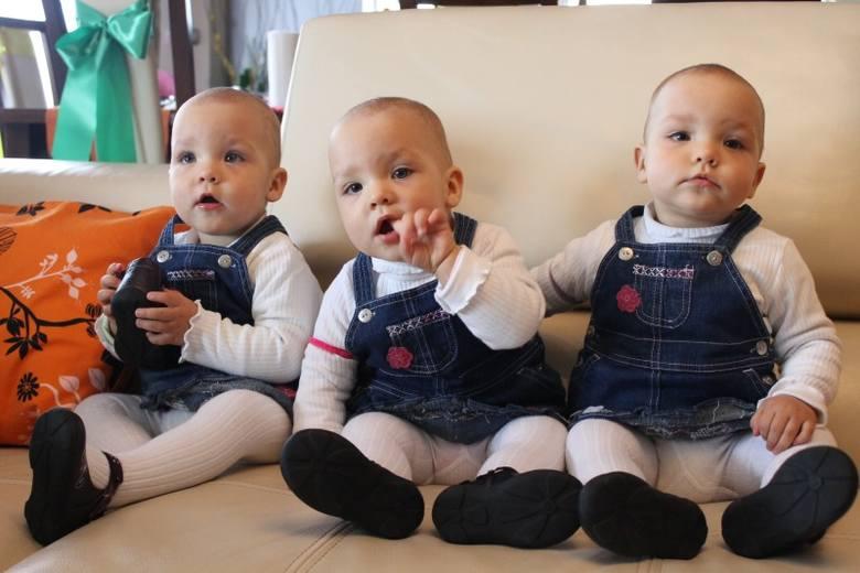 Od lewej siedzą: Sonia, Tamara i Natasza... chyba! Odróżnić trojaczki z Dobrodzienia to wyższa szkoła jazdy i nawet ich rodzice przyznają, że mają z
