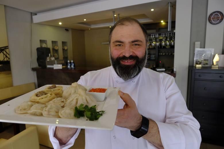 """Władysław Bogoslawski, ukraiński kucharz z polskimi korzeniami, prowadzi z żoną Olgą restaurację """"Za Wisłą"""" w Kaszczorku."""