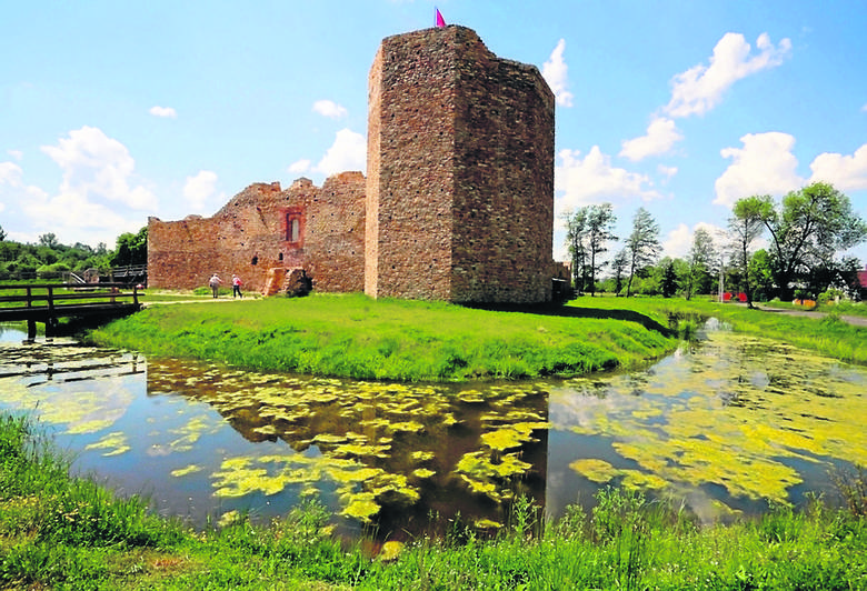 Częściowo zrekonstruowane ruiny zamku królewskiego w Inowłodzu