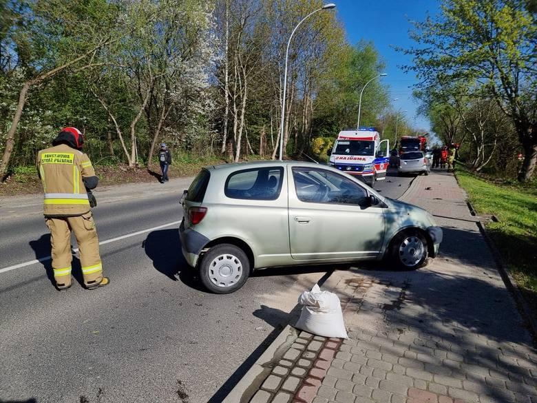 Wypadek w Przemyślu. Na ul. Słowackiego toyota zderzyła sięz fordem. Do szpitala zabrano 3 osoby [ZDJĘCIA]