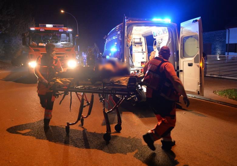 Wypadek w Przemyślu. Na ul. Chrobrego dachował 17-letni kierujący mercedesem. Ranna została młoda kobieta [ZDJĘCIA]