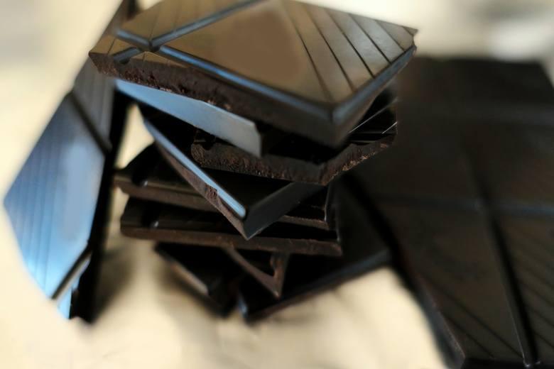 Codzienne zjadanie 2 kostek czekolady o zawartości 60-70 proc. kakao to przyjemny sposób na obniżenie zarówno ciśnienia krwi, jaki i nasilenia stanu
