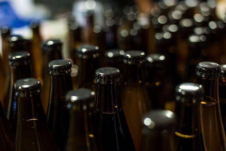 Alkohol W przypadku alkoholu rodzice powinni być wyczuleni, jeśli poczują jego woń lub, gdy dziecko unika kontaktu z nimi na przykład po powrocie do