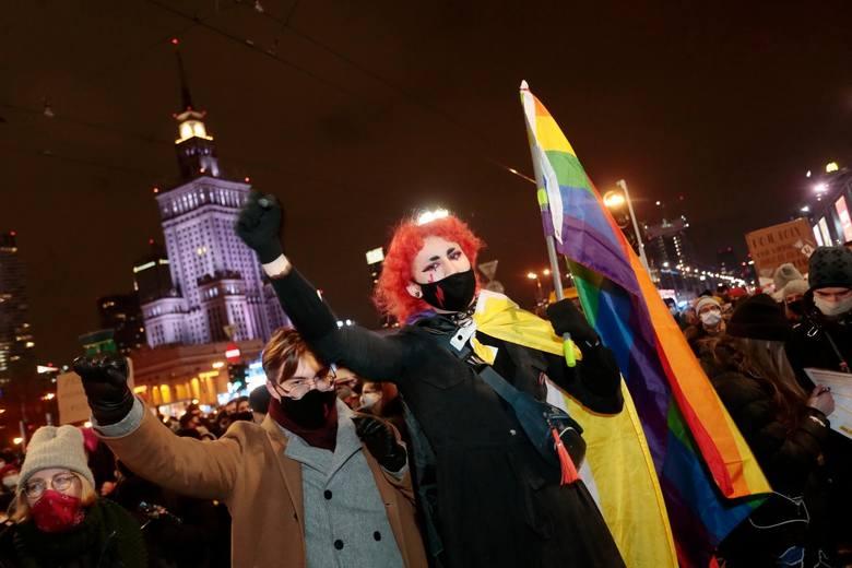 Strajk Kobiet, Warszawa. Policja użyła wobec protestujących gazu łzawiącego. Relacja, zdjęcia, wideo