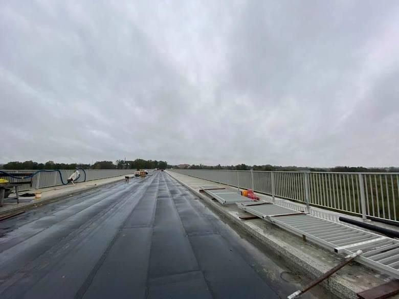Pomimo obfitych opadów deszczu prace przy budowie mostu na Wiśle w Nowym Korczynie idą zgodnie z harmonogramami. W galerii prezentujemy najnowsze zdjęcia